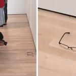 แว่นตา บนพื้น กับผู้ชมงานศิลปะ / Image via @TJCruda